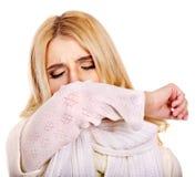 Νέα γυναίκα με το χαρτομάνδηλο που έχει το κρύο. Στοκ Εικόνες
