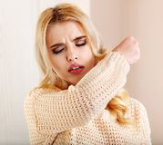 Νέα γυναίκα με το χαρτομάνδηλο που έχει το κρύο. Στοκ εικόνες με δικαίωμα ελεύθερης χρήσης