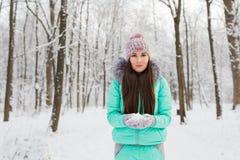 Νέα γυναίκα με το χιόνι στοκ εικόνες