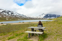 Νέα γυναίκα με το lap-top Στοκ εικόνες με δικαίωμα ελεύθερης χρήσης