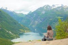 Νέα γυναίκα με το lap-top Στοκ Φωτογραφία