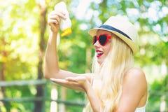 Νέα γυναίκα με sunscreen και τα γυαλιά ηλίου Στοκ Εικόνες