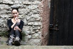 Νέα γυναίκα μπροστά από έναν τοίχο Στοκ Εικόνα