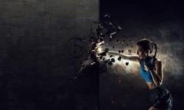 Νέα γυναίκα μπόξερ Μικτά μέσα Στοκ φωτογραφία με δικαίωμα ελεύθερης χρήσης