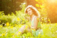 Νέα γυναίκα μόδας άνοιξης ή καλοκαιριού τη φυσώντας άνοιξη λ κήπων Στοκ εικόνα με δικαίωμα ελεύθερης χρήσης