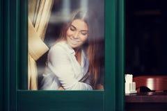 Νέα γυναίκα μόδας στην άσπρη συνεδρίαση πουκάμισων στον πίνακα στον καφέ πεζοδρομίων Στοκ φωτογραφία με δικαίωμα ελεύθερης χρήσης