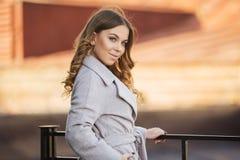 Νέα γυναίκα μόδας στο ανοικτό γκρι παλτό στην οδό πόλεων Στοκ εικόνα με δικαίωμα ελεύθερης χρήσης