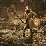 Νέα γυναίκα μόδας στο κλασικό μπεζ παλτό που περπατά στο δάσος φθινοπώρου στοκ εικόνες με δικαίωμα ελεύθερης χρήσης