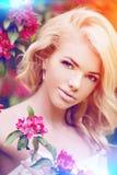 Νέα γυναίκα μόδας άνοιξη Ð ¼ Καθιερώνον τη μόδα κορίτσι στα ανθίζοντας δέντρα Στοκ Εικόνες