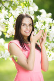 Νέα γυναίκα μόδας άνοιξη Καθιερώνον τη μόδα κορίτσι στα ανθίζοντας δέντρα ι Στοκ εικόνες με δικαίωμα ελεύθερης χρήσης