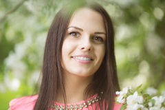 Νέα γυναίκα μόδας άνοιξη Καθιερώνον τη μόδα κορίτσι στα ανθίζοντας δέντρα ι Στοκ φωτογραφίες με δικαίωμα ελεύθερης χρήσης