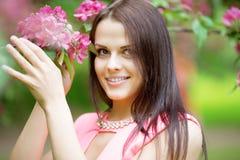 Νέα γυναίκα μόδας άνοιξη Καθιερώνον τη μόδα κορίτσι στα ανθίζοντας δέντρα ι Στοκ εικόνα με δικαίωμα ελεύθερης χρήσης