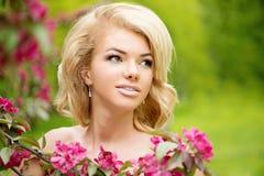 Νέα γυναίκα μόδας άνοιξη Καθιερώνον τη μόδα κορίτσι στα ανθίζοντας δέντρα ι Στοκ Φωτογραφίες