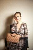 Νέα γυναίκα μόδας με την τσάντα στοκ φωτογραφία με δικαίωμα ελεύθερης χρήσης
