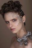 Νέα γυναίκα μόδας με το ρομαντικό makeup και το όμορφο hairstyle Λαμπρό highlighter στο δέρμα Προκλητικός σχολιάστε τα χείλια Σκο στοκ φωτογραφίες με δικαίωμα ελεύθερης χρήσης