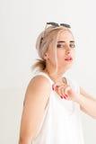 Νέα γυναίκα μόδας στα γυαλιά ηλίου Στοκ Φωτογραφία