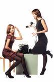 Νέα γυναίκα μόδας δύο με τη γραφομηχανή και το αναδρομικό τηλέφωνο Στοκ φωτογραφία με δικαίωμα ελεύθερης χρήσης