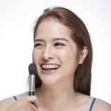 Νέα γυναίκα ομορφιάς αυτή που εφαρμόζει το blusher στοκ φωτογραφίες με δικαίωμα ελεύθερης χρήσης