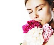 Νέα γυναίκα ομορφιάς με μαλακό te κινηματογραφήσεων σε πρώτο πλάνο λουλουδιών το peony ρόδινο makeup Στοκ Εικόνες