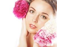 Νέα γυναίκα ομορφιάς με μαλακό te κινηματογραφήσεων σε πρώτο πλάνο λουλουδιών το peony ρόδινο makeup Στοκ φωτογραφία με δικαίωμα ελεύθερης χρήσης