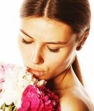 Νέα γυναίκα ομορφιάς με μαλακό te κινηματογραφήσεων σε πρώτο πλάνο λουλουδιών το peony ρόδινο makeup Στοκ Φωτογραφίες