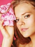 Νέα γυναίκα ομορφιάς με μαλακό te κινηματογραφήσεων σε πρώτο πλάνο λουλουδιών το peony ρόδινο makeup Στοκ Φωτογραφία