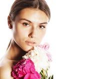 Νέα γυναίκα ομορφιάς με μαλακό te κινηματογραφήσεων σε πρώτο πλάνο λουλουδιών το peony ρόδινο makeup Στοκ εικόνες με δικαίωμα ελεύθερης χρήσης