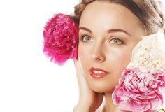 Νέα γυναίκα ομορφιάς με μαλακό te κινηματογραφήσεων σε πρώτο πλάνο λουλουδιών το peony ρόδινο makeup Στοκ Εικόνα