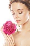 Νέα γυναίκα ομορφιάς με μαλακό te κινηματογραφήσεων σε πρώτο πλάνο λουλουδιών το peony ρόδινο makeup Στοκ εικόνα με δικαίωμα ελεύθερης χρήσης
