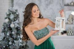 Νέα γυναίκα ομορφιάς με τα κεριά Χριστουγέννων, νέο backgro δέντρων έτους Στοκ Φωτογραφία