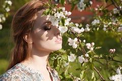 Νέα γυναίκα ομορφιάς στα λουλούδια Apple-δέντρων Στοκ Εικόνες