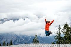 Νέα γυναίκα πάνω από το βουνό Στοκ φωτογραφία με δικαίωμα ελεύθερης χρήσης