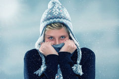 Νέα γυναίκα παγώματος στις χιονοπτώσεις Στοκ Εικόνα