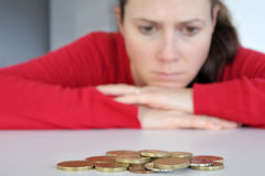 Νέα γυναίκα που έχει τα οικονομικά προβλήματα στοκ εικόνες