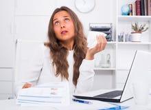 Νέα γυναίκα που έχει τα προβλήματα εργασίας στην αρχή Στοκ εικόνα με δικαίωμα ελεύθερης χρήσης