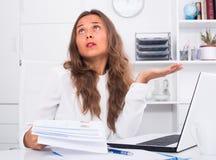 Νέα γυναίκα που έχει τα προβλήματα εργασίας στην αρχή Στοκ Εικόνα