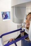 Νέα γυναίκα που έχει την πανοραμική ψηφιακή ακτίνα X των δοντιών της Στοκ Φωτογραφία