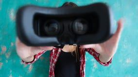 Νέα γυναίκα που δίνει την κάσκα εικονικής πραγματικότητας φιλμ μικρού μήκους