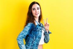 Νέα γυναίκα που δίνει το σημάδι ειρήνης Στοκ εικόνα με δικαίωμα ελεύθερης χρήσης