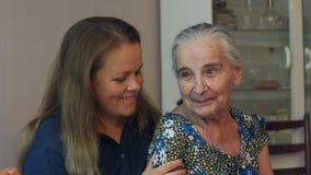 Νέα γυναίκα που αγκαλιάζει τη γιαγιά ενενηντάχρονων της