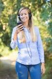 Νέα γυναίκα που αναμιγνύει το playlist Στοκ φωτογραφίες με δικαίωμα ελεύθερης χρήσης