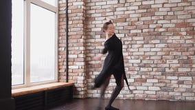 Νέα γυναίκα που απεικονίζει τις κομψές μετακινήσεις στο ύφος Nouveau τέχνης απόθεμα βίντεο