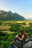 Νέα γυναίκα που απολαμβάνει τη θέα των αγροτικών τομέων σε Vang Vieng, Λάος στοκ φωτογραφία