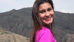 Νέα γυναίκα που απολαμβάνει τα βουνά απόθεμα βίντεο