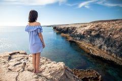 Νέα γυναίκα που απολαμβάνει την όμορφη θέα θάλασσας σχετικά με το ακρωτήριο Greco Στοκ Φωτογραφίες
