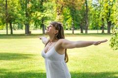 Νέα γυναίκα που απολαμβάνει τη φύση μια ηλιόλουστη ημέρα Στοκ φωτογραφία με δικαίωμα ελεύθερης χρήσης