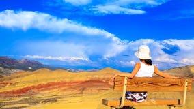 Νέα γυναίκα που απολαμβάνει τους χρωματισμένους λόφους στοκ εικόνες