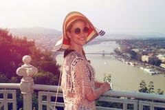 Νέα γυναίκα που απολαμβάνει το πανόραμα της Βουδαπέστης αναδρομικό Στοκ Φωτογραφία