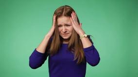 Νέα γυναίκα που αρπάζει το κεφάλι απόθεμα βίντεο