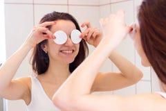 Νέα γυναίκα που αφαιρεί makeup στο λουτρό Στοκ φωτογραφία με δικαίωμα ελεύθερης χρήσης